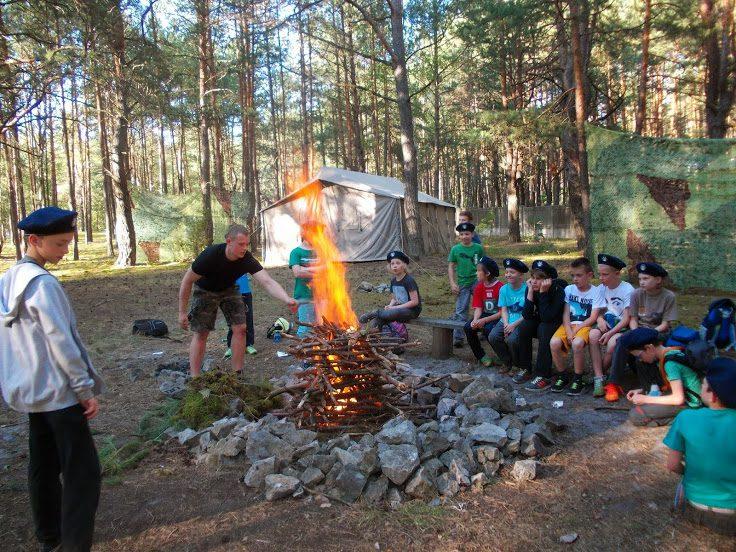 Ognisko w bazie survivalowej zielone szkoły kolonie