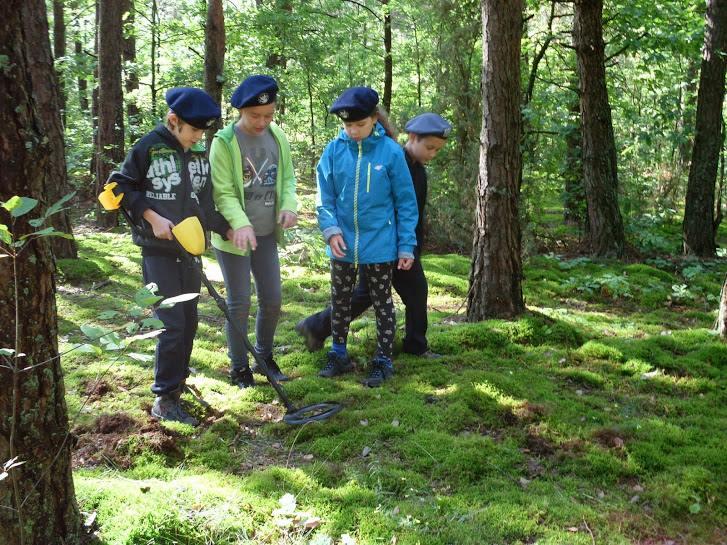 poszukiwanie skarbów z wykrywaczem metalu dzieci kolonie zielone szkoły