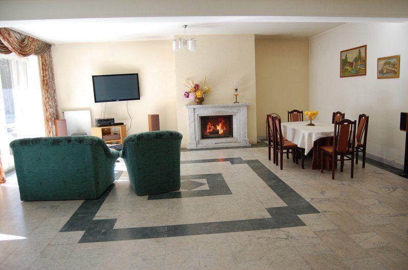oośrodek wypoczynkowy salon z kominkiem