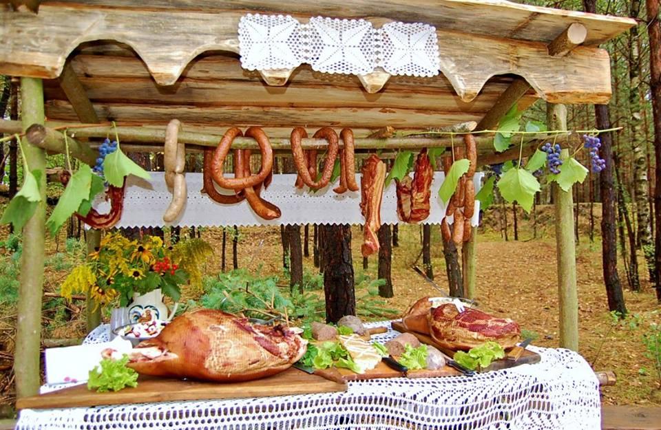 impreza dla firm grill oraz stół z swojskimi wyrobami