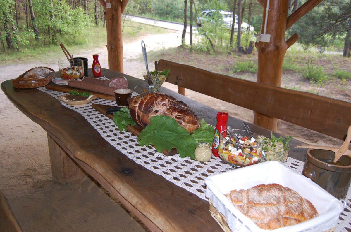 dla grup zorganizowanych stół wiejski na grillu