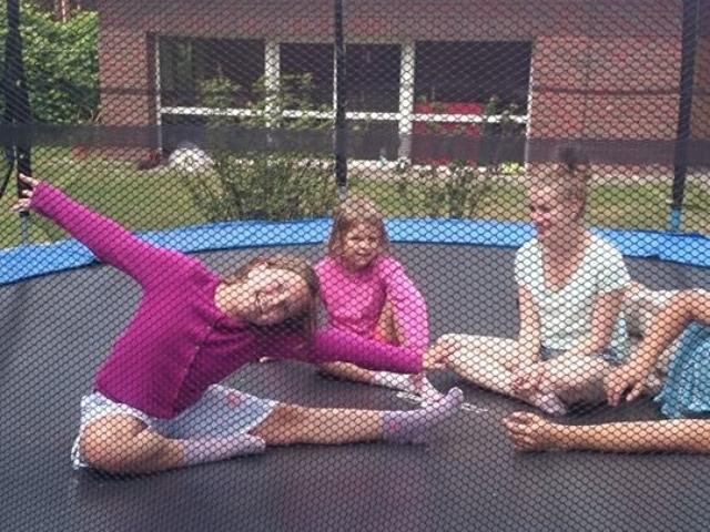 kolonie zielone szkoły zabawa dzieci na trampolinie