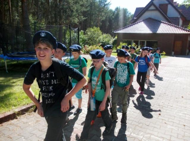 zielone szkoły dzieci wyruszają do lasu