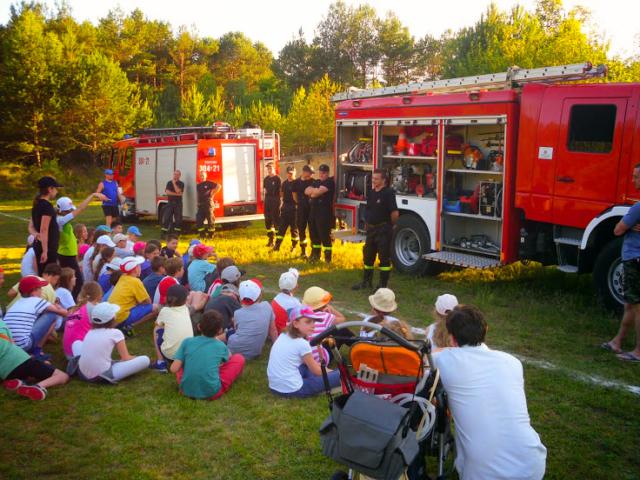 Strażacy pokazują dzieciom na zielonej szkole swój sprzęt.
