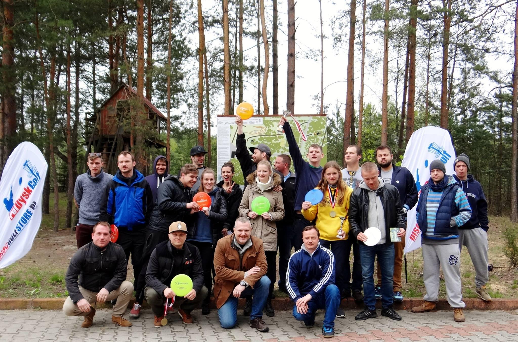 grupa zorganizowana na tle lasu w Grynwaldzie