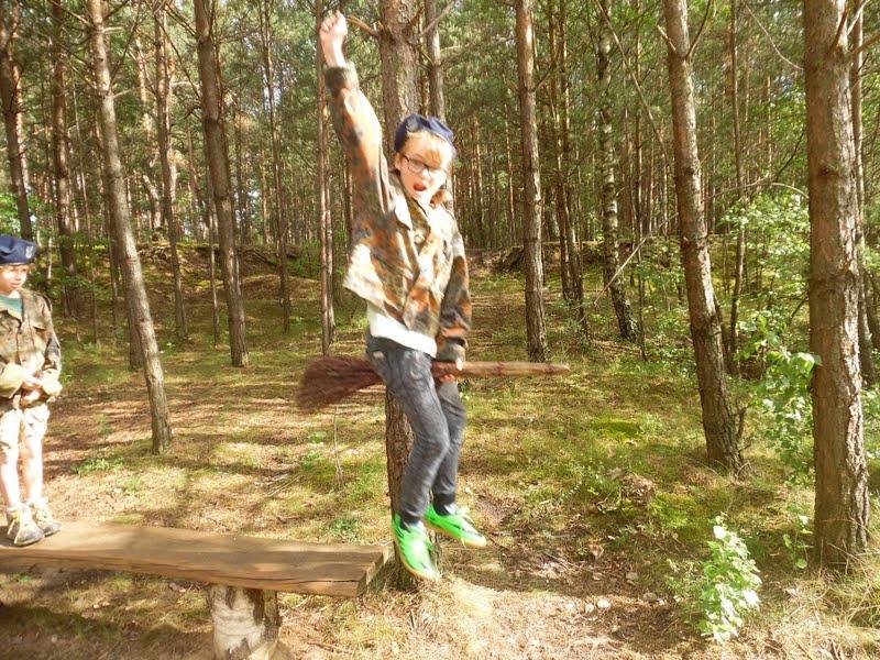 dziecko bawiące się w świętokrzyską Babe Jage