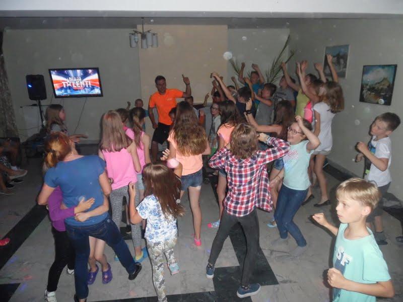 Dzieci tańczą na dyskotece wycieczki szkole świętokrzyskie