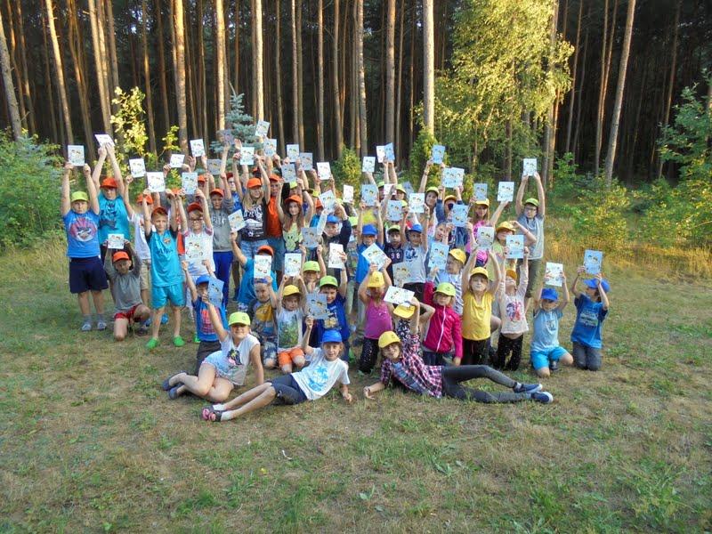 Dzieci na zielonych szkołach otrzymują dyplomy