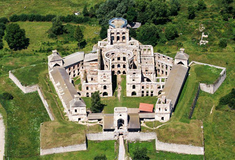Zamek krzyżtopór z lotu ptaka