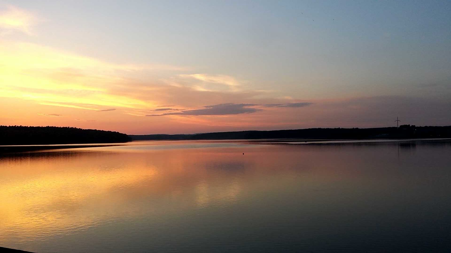 Jezioro Chańcza o zachodzie słońca atrakcje W Górach Świętokrzyskich