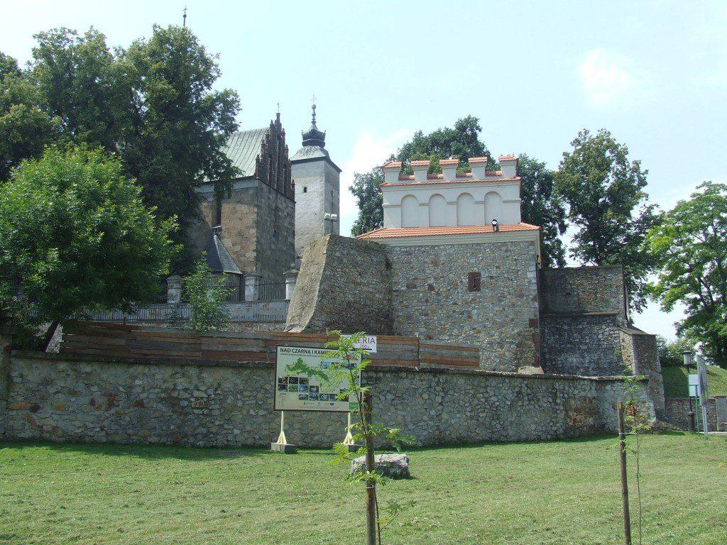 Brama Krakowsa z a na drugim planie wielka Kolegiata św Marcina