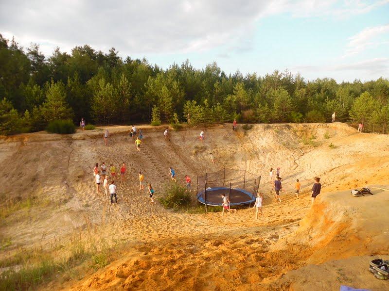 zielone szkoły Dzieci bawią się na wielkiej piaskownicy