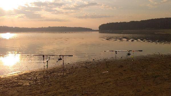 Wędkarstwo Wędki zarzucone na jeziorze Chańcza