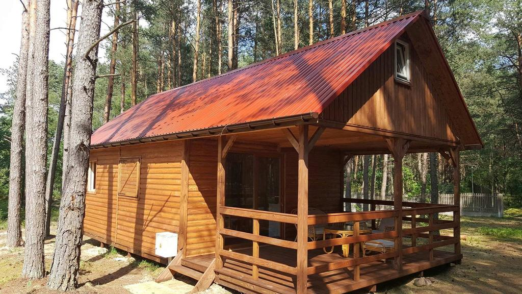 Drewniany domek letniskowy  zdjęcie z boku góry świętokrzyskie