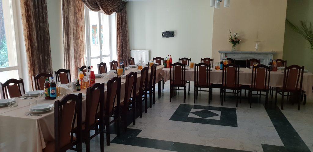 Stoły przygotowane na kolację uroczystą dla firmy christmas party